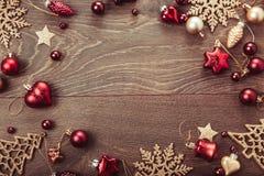 Composición de la Navidad Ramas Spruce, árbol de Navidad, bola rosada del día de fiesta de la decoración de Navidad con la cinta  Fotos de archivo libres de regalías