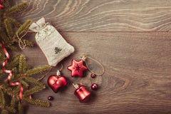 Composición de la Navidad Ramas Spruce, árbol de Navidad, bola rosada del día de fiesta de la decoración de Navidad con la cinta  Fotos de archivo