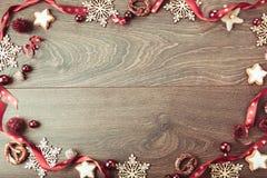 Composición de la Navidad Ramas Spruce, árbol de Navidad, bola rosada del día de fiesta de la decoración de Navidad con la cinta  Fotografía de archivo libre de regalías