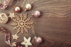 Composición de la Navidad Ramas Spruce, árbol de Navidad, bola rosada del día de fiesta de la decoración de Navidad con la cinta  Fotografía de archivo