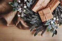 Composición de la Navidad regalo de la Navidad en fondo de madera fotos de archivo libres de regalías