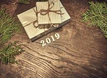 Composición de la Navidad 2019 regalos de la Navidad, ramas del pino, juguetes en el fondo de madera Endecha plana, visión superi foto de archivo libre de regalías