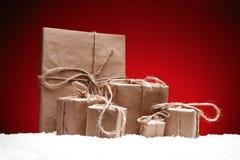 Composición de la Navidad Tarjeta de felicitación para los regalos del Año Nuevo en nieve Fotos de archivo