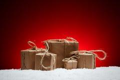 Composición de la Navidad Tarjeta de felicitación por Año Nuevo, regalos en abrigo Imagen de archivo libre de regalías