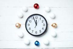 Composición de la Navidad Tarjeta de felicitación por Año Nuevo, reloj y juguete Fotografía de archivo