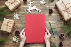 Composición de la Navidad Vacie la letra en blanco para Papá Noel o sus actividades del wishlist o del advenimiento en mano femen Fotos de archivo