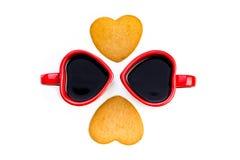 Composición de la opinión superior del día de tarjetas del día de San Valentín Tazas y corazones de café Fotografía de archivo
