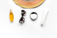 Composición de la protección de Sun con los vidrios y la crema en la maqueta blanca de la opinión superior del fondo Foto de archivo libre de regalías