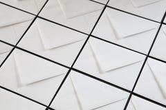 Composición de la simetría con los sobres blancos fotos de archivo