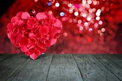 Composición de la tarjeta del día de San Valentín con la forma del corazón hecha fuera de los pétalos color de rosa Imagen de archivo libre de regalías