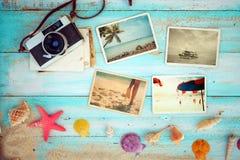 Composición de la visión superior - álbum de foto del verano con las estrellas de mar, las cáscaras, el coral y los artículos en  Imagen de archivo libre de regalías