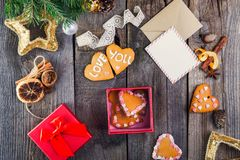 Composición de la visión superior de la caja con las galletas hechas en casa en la forma de corazones como regalo para amado para Fotografía de archivo libre de regalías