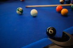 Composición de las bolas de billar en la mesa de billar Foto de archivo libre de regalías