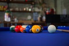 Composición de las bolas de billar en la mesa de billar azul Fotos de archivo