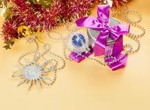 Composición de las decoraciones de la Navidad con el presente encendido Fotos de archivo libres de regalías
