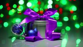 Composición de las decoraciones de la Navidad con la caja de lujo almacen de metraje de vídeo