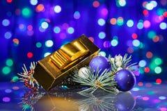 Composición de las decoraciones del Año Nuevo con el rectángulo de lujo Fotografía de archivo libre de regalías