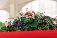 Composición de las flores frescas en una tabla que se casa fotografía de archivo libre de regalías