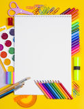 Composición de las herramientas del dibujo y de la pintura Imagen de archivo