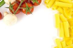 Composición de las pastas, de los tomates y de las setas Fotos de archivo