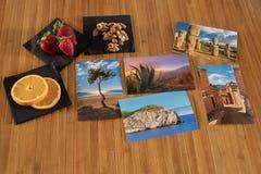 Composición de las postales con las frutas de una tabla de madera fotos de archivo libres de regalías