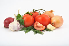 Composición de las verduras en el fondo blanco, cebollas, tomates, Fotografía de archivo