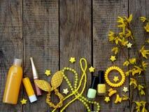 Composición de los accesorios amarillos para la chica joven o el adolescente Esmaltes de uñas, lápiz labial, pinzas de pelo, band Fotografía de archivo libre de regalías