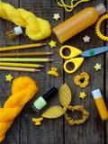 Composición de los accesorios amarillos para la chica joven o el adolescente Esmaltes de uñas, lápiz labial, pinzas de pelo, band Fotos de archivo