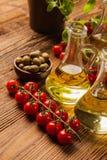 Composición de los aceites de oliva en botellas imagen de archivo
