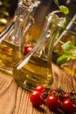 Composición de los aceites de oliva en botellas imágenes de archivo libres de regalías