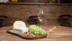 Composición de los alimentos artística de quesos, de uvas y del vino metrajes