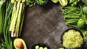 Composición de los alimentos sana verde con el aguacate, bróculi, manzana, smoothie metrajes