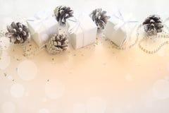Composición de los días de fiesta de la Navidad en fondo ligero con el espacio de la copia para su texto Imagenes de archivo