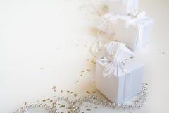 Composición de los días de fiesta de la Navidad en fondo ligero con el espacio de la copia para su texto Foto de archivo libre de regalías