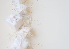 Composición de los días de fiesta de la Navidad en fondo ligero con el espacio de la copia para su texto Imágenes de archivo libres de regalías