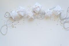 Composición de los días de fiesta de la Navidad en fondo ligero con el espacio de la copia para su texto Imagen de archivo libre de regalías