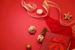Composición de los días de fiesta de la Navidad en fondo rojo con el espacio de la copia Foto de archivo