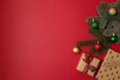 Composición de los días de fiesta de la Navidad en fondo rojo con el espacio de la copia para su texto Ramas del abeto del árbol  imagen de archivo
