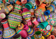 Composición de los floreros handcrafted pintados artísticos de una cerámica de la pila Imagenes de archivo