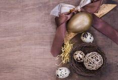 Composición de los huevos de Pascua en tonos marrones Foto de archivo