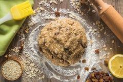 Composición de los ingredientes de la hornada para las galletas de harina de avena Imágenes de archivo libres de regalías