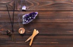 Composición de los objetos esotéricos usados para curar, la meditación, la relajación y purificar Fotografía de archivo libre de regalías