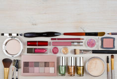 Composición de los productos de maquillaje y de los cosméticos en la tabla con el copyspace imágenes de archivo libres de regalías