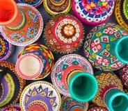 Composición de los tarros de cerámica handcrafted pintados artísticos Fotografía de archivo libre de regalías