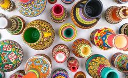 Composición de los tarros de cerámica handcrafted pintados artísticos Foto de archivo libre de regalías