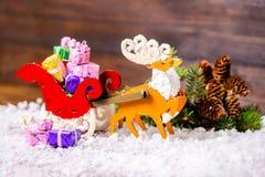 Composición de los wi del reno de la decoración de la Navidad y del trineo de Papá Noel Foto de archivo libre de regalías