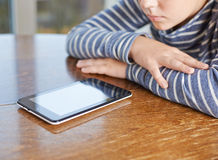 composición de 12 niños del yo con la tableta Foto de archivo