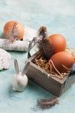 Composición de Pascua con el conejo decorativo, huevos Imagen de archivo