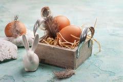 Composición de Pascua con el conejo decorativo, huevos Foto de archivo libre de regalías