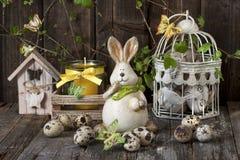 Composición de Pascua con el conejo y los huevos Fotos de archivo